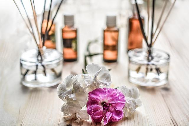 Les huiles essentielles sont aussi bien utilisées en diffusion qu'en appliquation directe sur la peau en massage ou sur un comprimé neutre prêt à être avalé